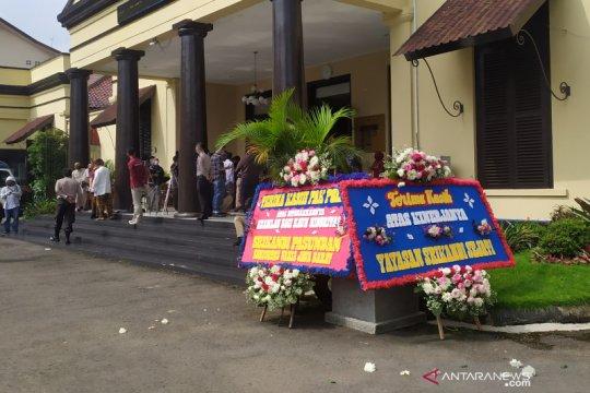 Ferdian Paleka ditangkap, karangan bunga hiasi Polrestabes Bandung
