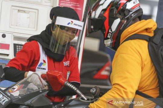 Petugas SPBU gunakan alat pelindung wajah
