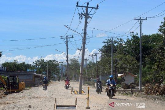 Tiang listrik di tengah jalan raya membahayakan pengendara