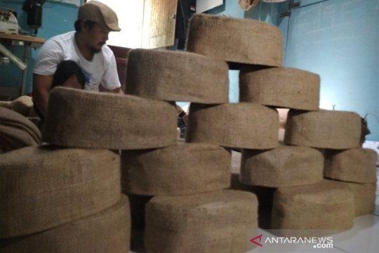 Pengrajin kopiah berbahan karung goni  kebanjiran pesanan