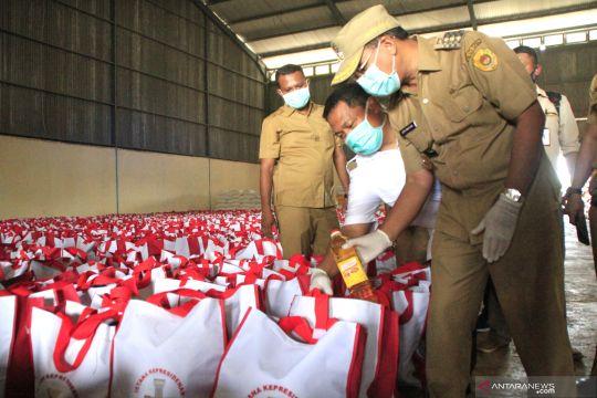 Persiapan pendistribusian paket sembako Presiden di Kupang