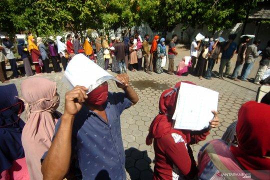 Warga antre BST tanpa menjaga jarak fisik di Kota Tegal