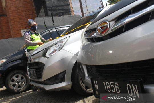 Mobil travel ilegal ditahan polisi
