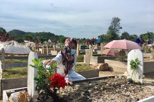 Peziarah padati taman pemakaman Temiang Batam Page 3 Small