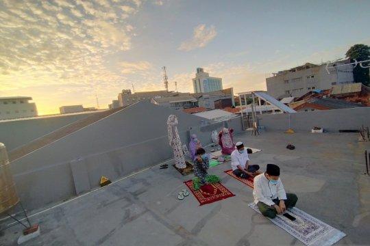 Para perantau ini, termasuk dari Jateng, Shalat Id di atas atap indekos