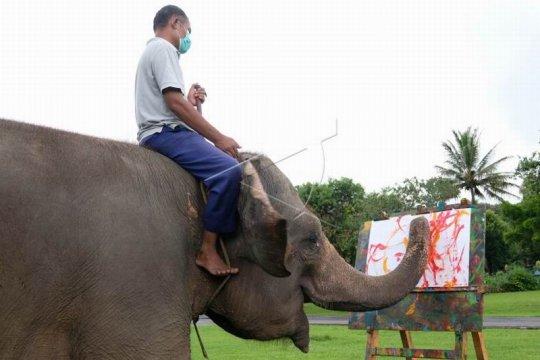 Gajah belajar melukis Page 2 Small