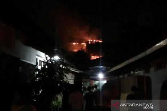 14 mobil damkar diterjunkan tangani kebakaran di pertokoan Jembatan Merah Bogor