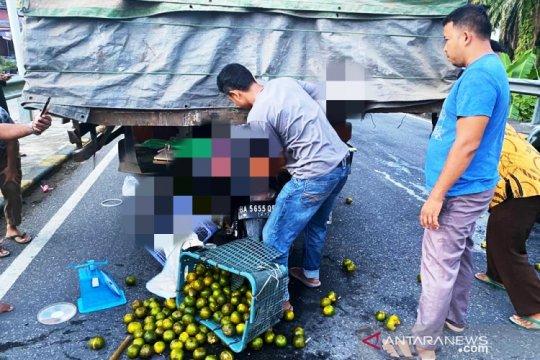 Pedagang jeruk keliling tewas di tempat usai tabrak pantat truk fuso