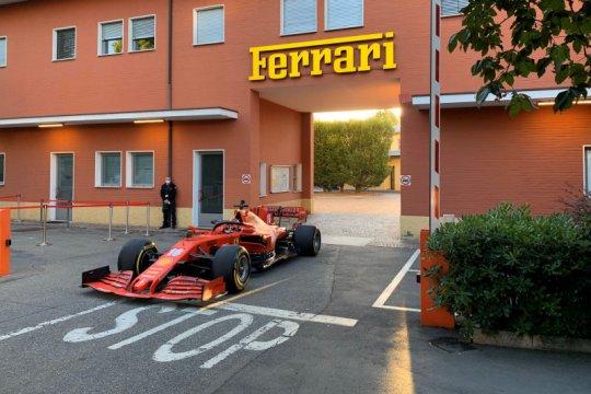 Charles Leclerc bawa mobil F1 Ferrari di jalanan Maranello