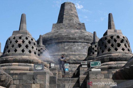 Candi Borobudur dibersihkan dari abu vulkanik gunung Merapi
