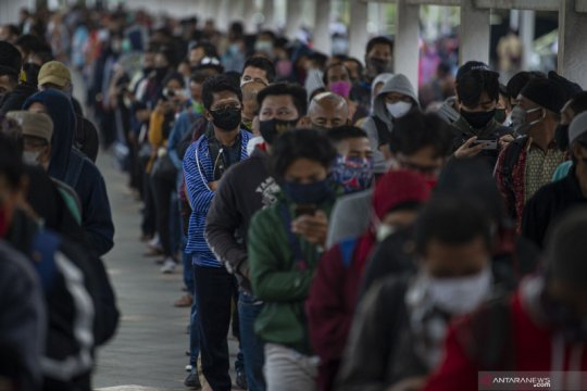 Antrean penumpang commuterline di Stasiun Bogor