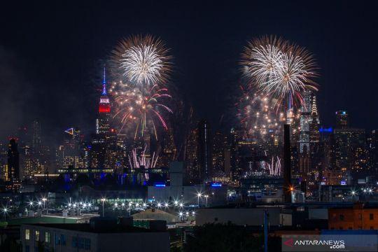 Pertunjukkan kembang api mengawali peringatan Hari Kemerdekaan AS