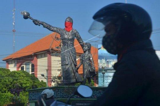 Patung Kartini bermasker Page 2 Small