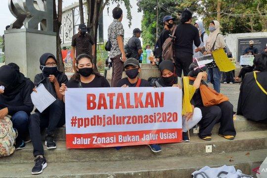 Aksi protes PPDB DKI berlanjut hingga ke Istana merdeka