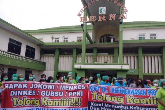 57 karyawan dirumahkan, tenaga medis Rumah Sakit Umum Herna Medan berunjuk rasa