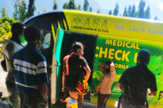 Pemeriksaan Kesehatan Penumpang Di Bandara Sentani Jayapura