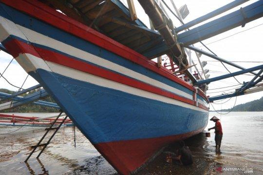 Perawatan kapal bagan nelayan