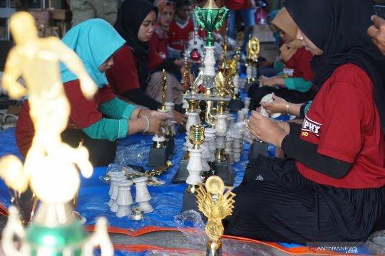 Kerajinan Piala untuk Perayaan Kemerdekaan