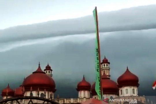 Ini penjelasan BMKG soal fenomena awan layaknya tsunami di atas langit Masjid Agung Baitul Makmur Aceh