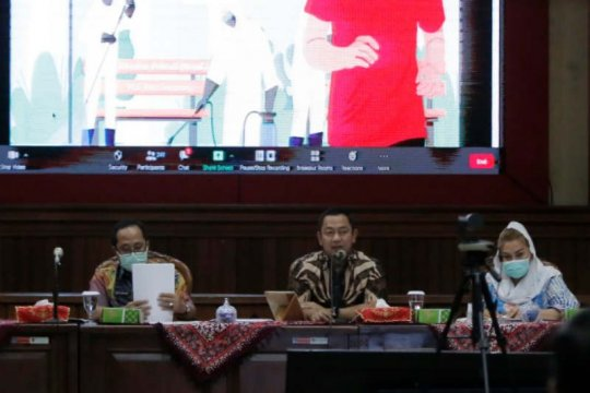 Tak pakai masker, Pemkot Semarang hukum pelanggar dengan menyapu jalan