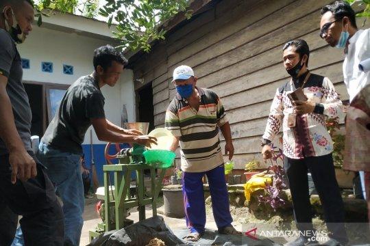PT Timah latih warga Desa Penagan produksi pakan ikan