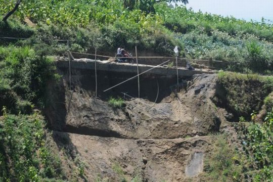 Jalan rawan longsor di lereng Gunung Merbabu Page 2 Small