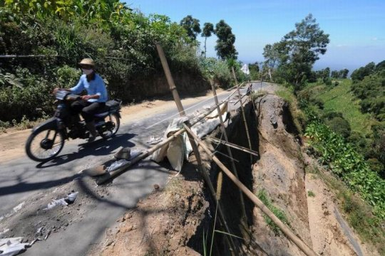 Jalan rawan longsor di lereng Gunung Merbabu Page 1 Small