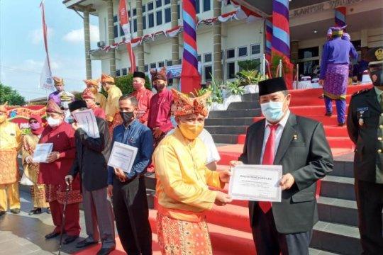 Pemkot Pangkalpinang berikan pin emas kepada tokoh masyarakat