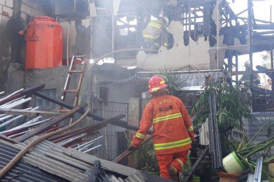 15 unit damkar padamkan api lalap kawasan pergudangan