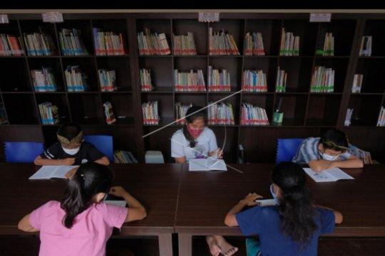 Siswa belajar di perpustakaan desa