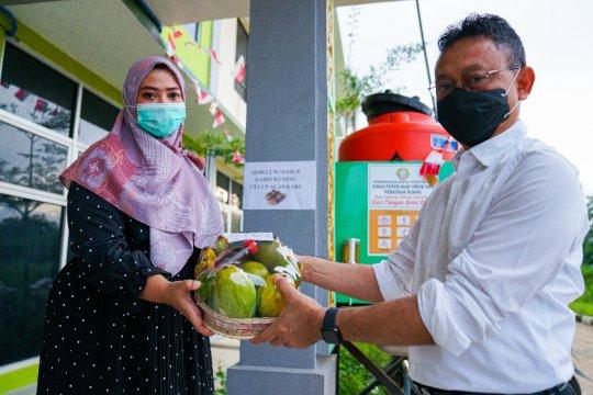 Edi Kamtono bawakan buah-buahan untuk pasien COVID-19