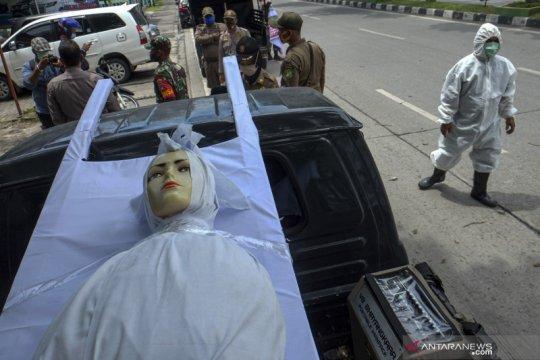 """Petugas bawa boneka """"Pocong"""" saat razia masker di Kota Medan"""