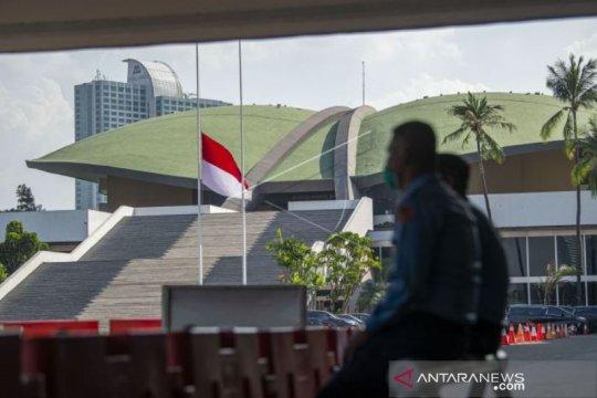 Merah Putih Setengah Tiang Di Parlemen