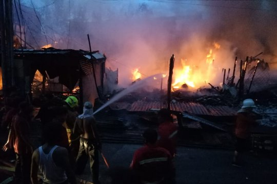 9 Ruko di depan Pasar Raya Sintang terbakar