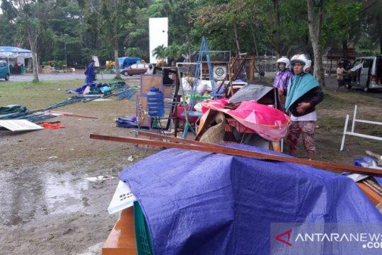 Hujan lebat di Belitung robohkan tenda peserta pameran