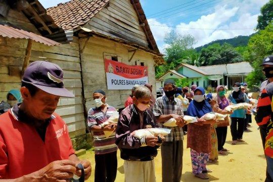 Polres Bangka Barat bagikan sembako dan masker di Desa Airputih