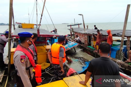 Tim gabungan evakuasi kapal nelayan bocor di Perairan Mentok
