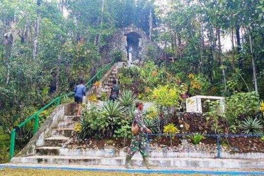 Satgas TMMD lakukan pegecatan tempat wisata rohani Goa Maria kampung Kakuna