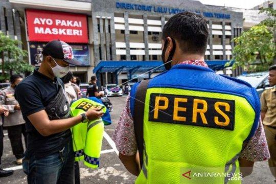 Pemberian Rompi Khusus Kepada Wartawan