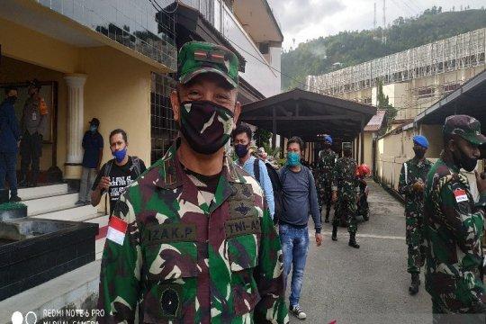 KKB tembak kendaraan militer akibatkan tiga TNI terluka