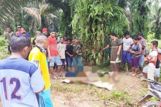 Seorang bocah ditemukan dalam kondisi memprihatinkan menunggu ayahnya yang ternyata meninggal terseret banjir