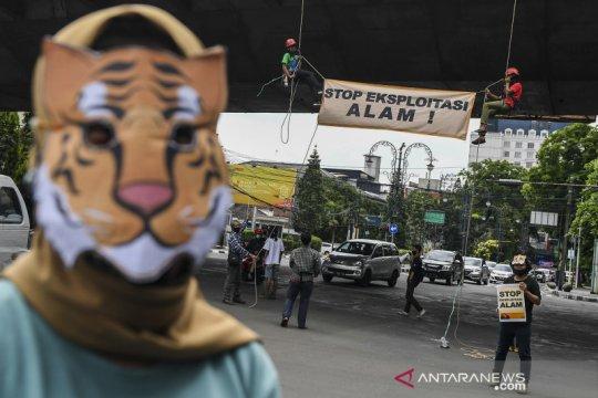 Aksi teatrikal aktivis lingkungan di Bandung