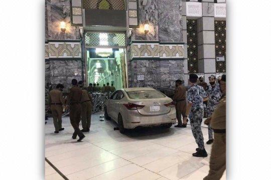 Mobil terobos halaman Masjidil Haram di Makkah