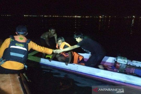 Kapal terbalik, Tim SAR evakuasi empat nelayan