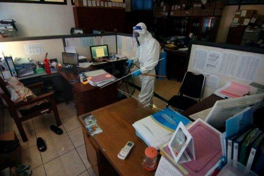 Penyemprotan disinfektan di kantor pemerintahan Kota Tegal Page 2 Small