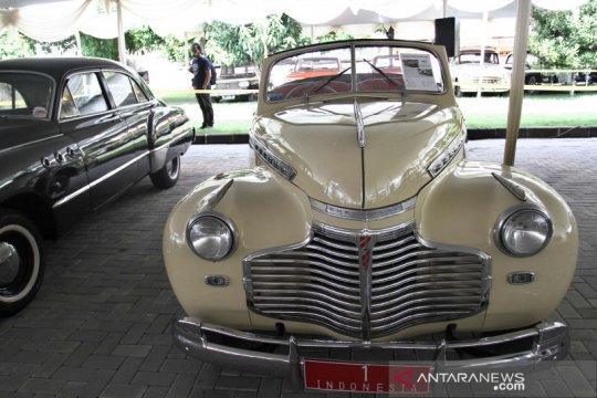 Melihat pameran mobil dinas Presiden Soekarno