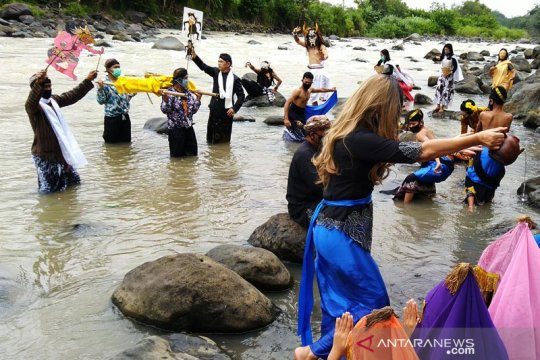 "Komunitas Lima Gunung gelar ""Larung Sengkala"" di Sungai Progo"