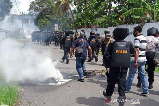 Empat polisi dan satu wartawan terluka dalam kericuhan di Sorong