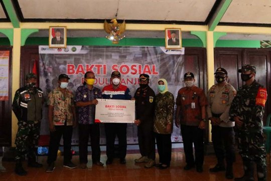 Pertamina bersama Kejari dan IAD Daerah Cilacap serahkan bantuan bagi borban banjir di Tarisi