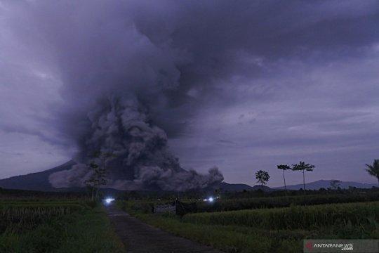 Warga lereng Semeru mulai mengungsi untuk hindari guguran lava